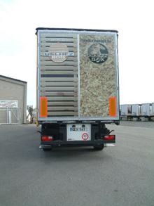 A full four-colour printing sticker was placed on the back door of this semitrailer