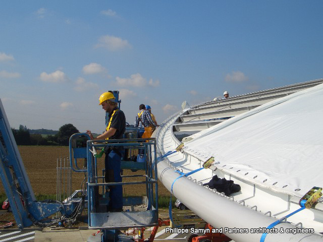 Our specialized technical teams set up the tensile tarpaulin on the structure manufactured by Galère for the Total petrol station in Spy