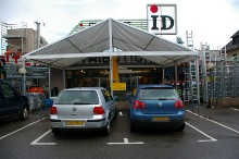 Chapiteau alu servant d'extension commerciale pour un magasin 'Inter Distribution' en France.: